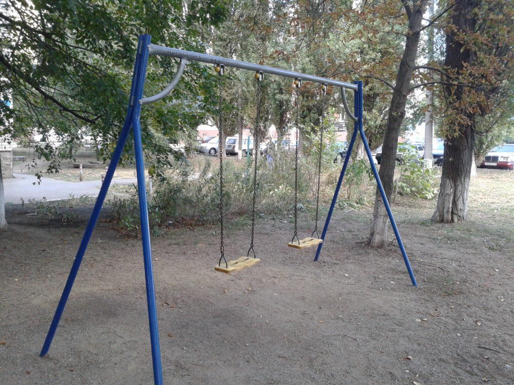 Металлические детские качели.