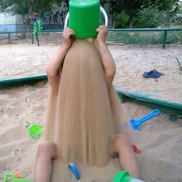 Ребенок играет песком.