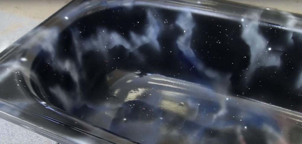 Ванна раскрашенная под космическую туманность.