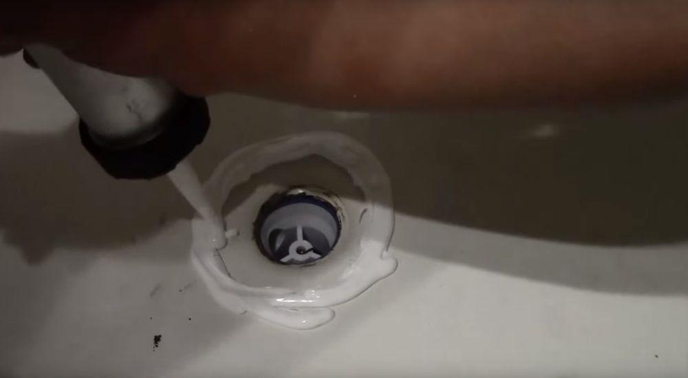 Наносим силиконовый герметик.