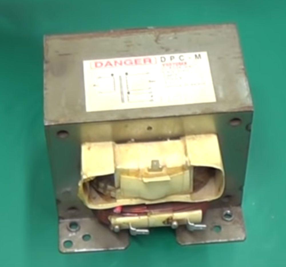 Трансформатор из микроволновой печи.
