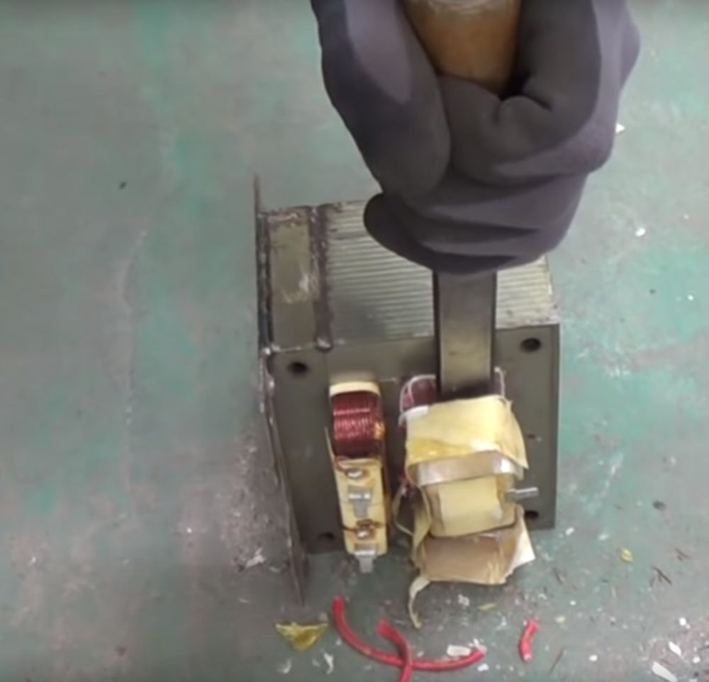 Удаление вторичной обмотки трансформатора с помощью стамески.