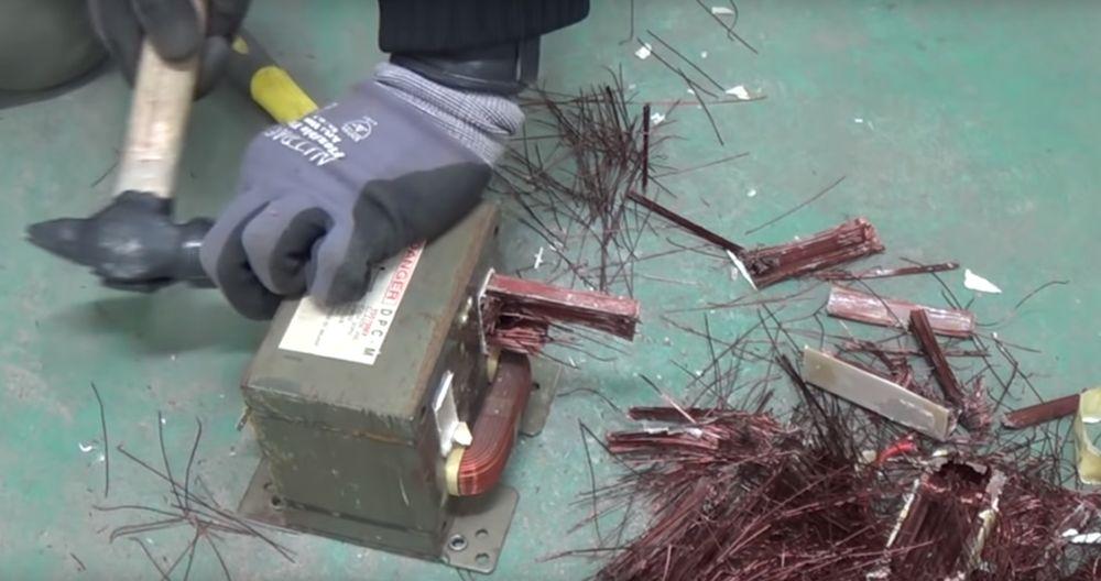 Выбивание вторичной обмотки из трансформатора.