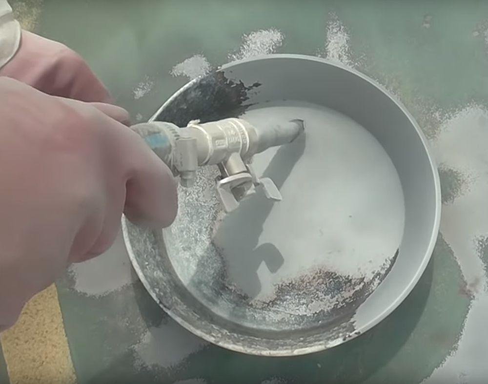 Очистка сковороды пескоструйной обработкой.