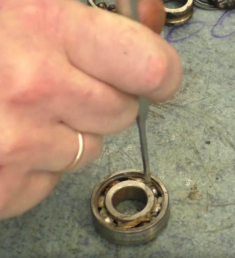 Разбиваем металлический сепаратор подшипника.