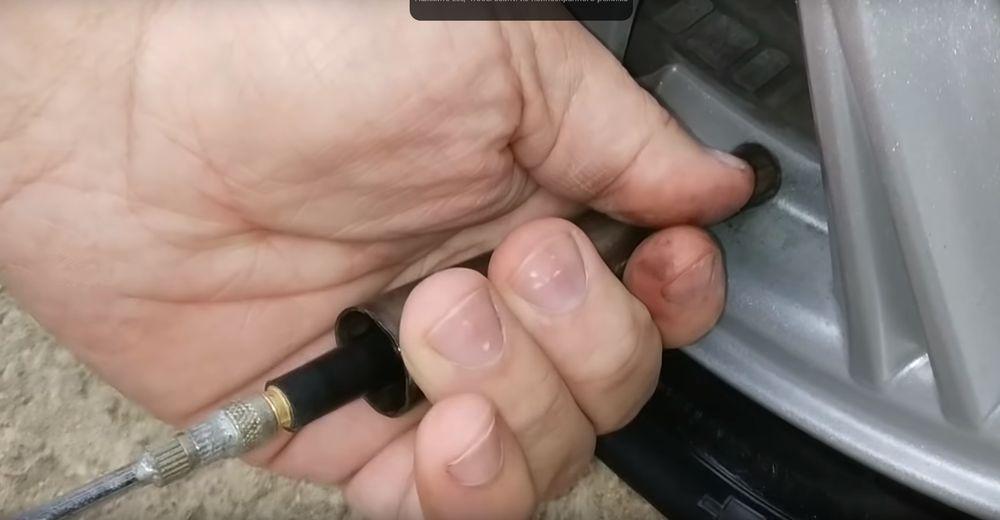 Проталкиваем ниппель во внутрь колеса с помощью конусной трубки.