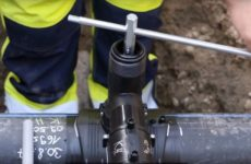 Как сделать врезку в трубу под давлением воды.