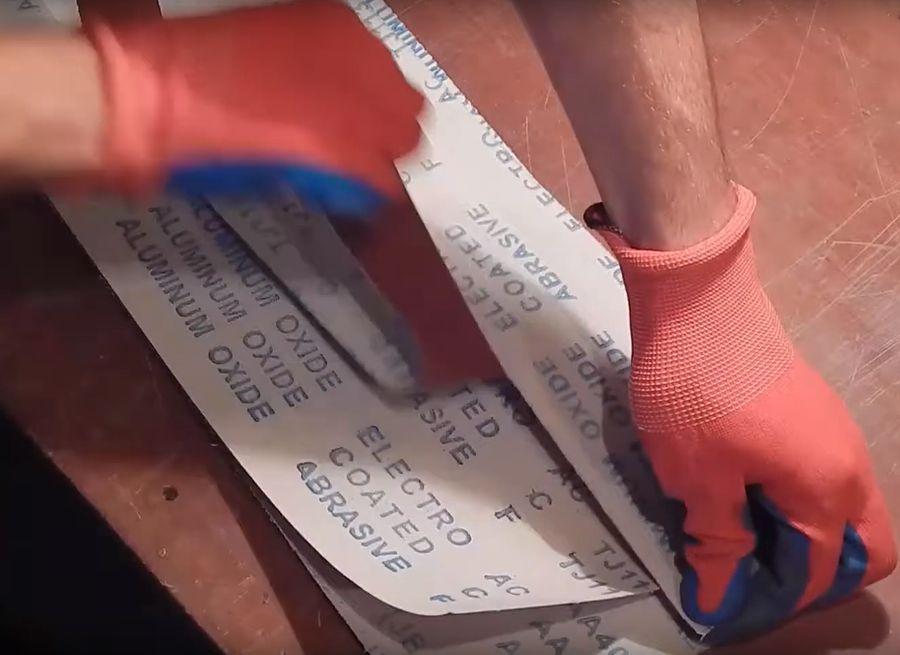 Рвем бумагу по ранее сделанным надрезам на ленты.