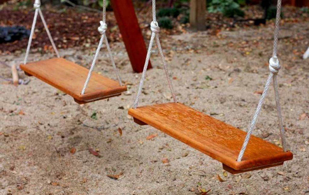 Деревянное сиденье детской качели.