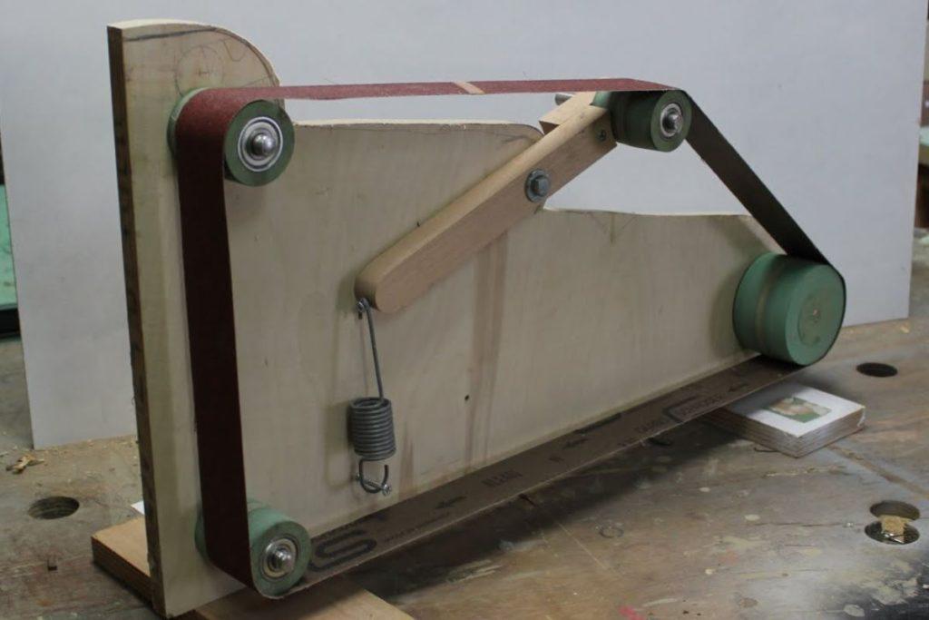 Гриндер- ленточно шлифовальный станок.