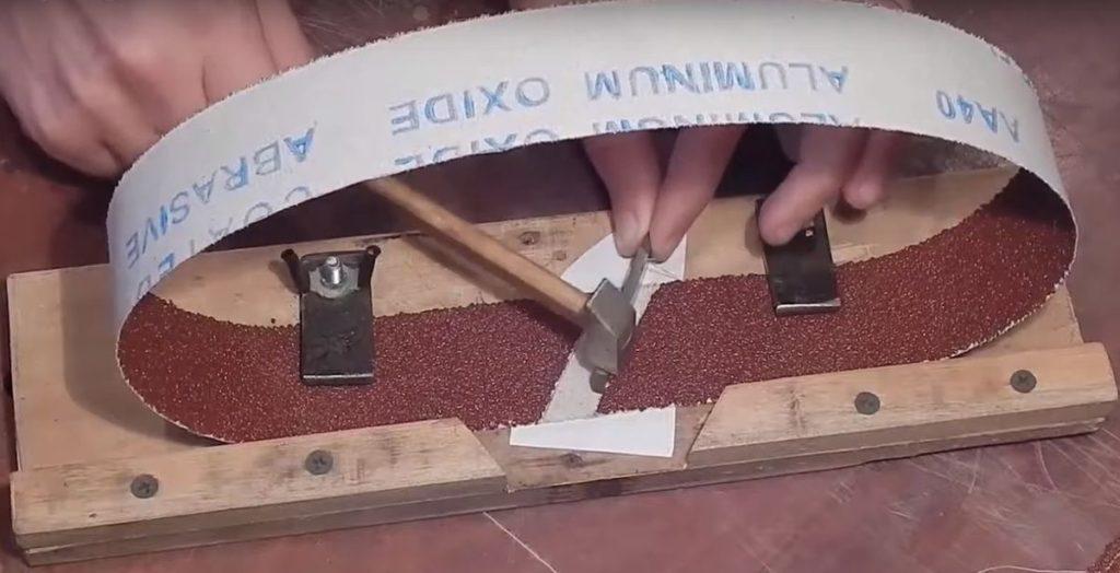Шов, склеенный «Моментом», простукиваем молотком для увеличения прочности соединения.
