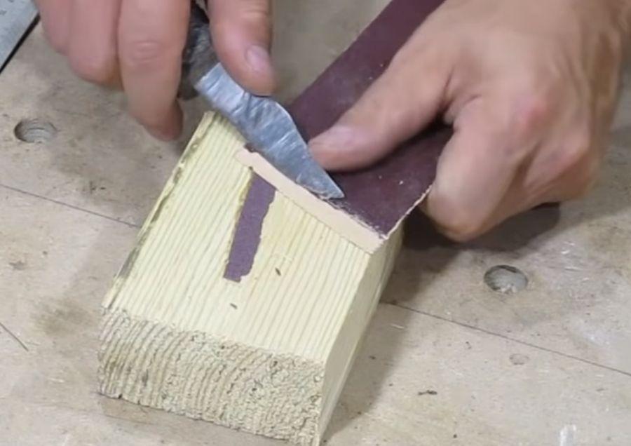 Удаляем ножом остатки абразива.