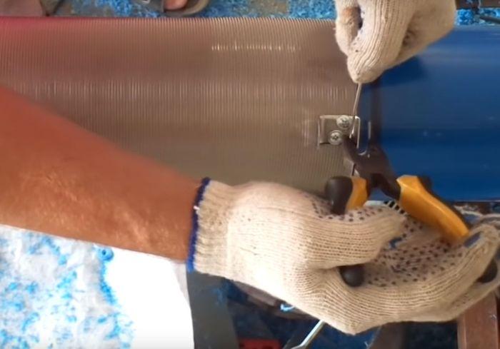 Сгибаем проволоку петлей и обжимаем петлю на металлической скобке.