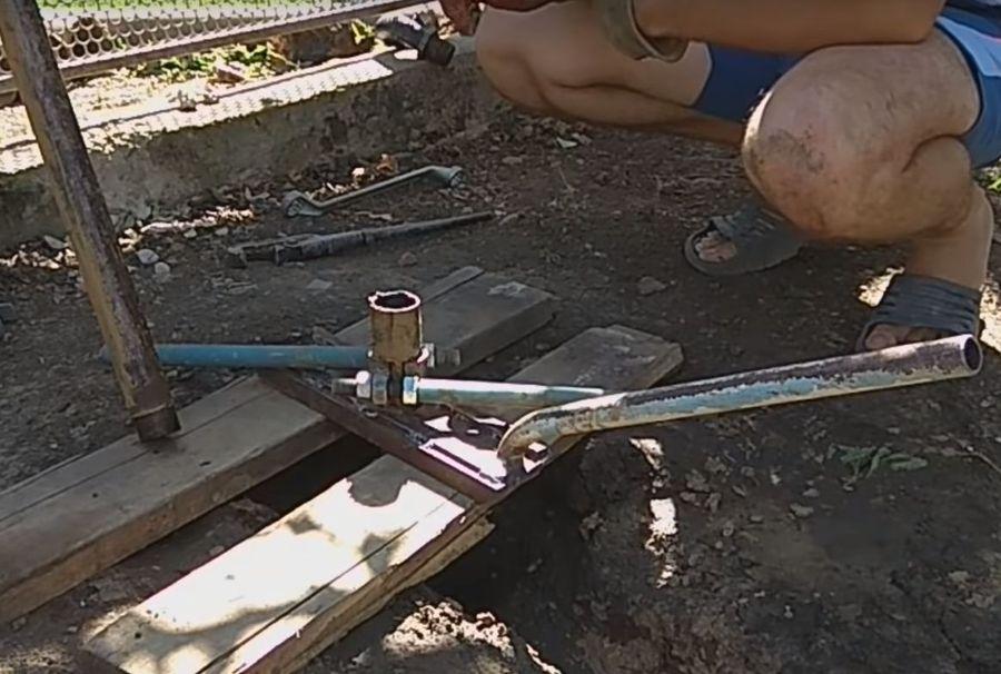 Буровая штанга с ручками, удерживаемая над краем бурового отверстия специальным ловителем.