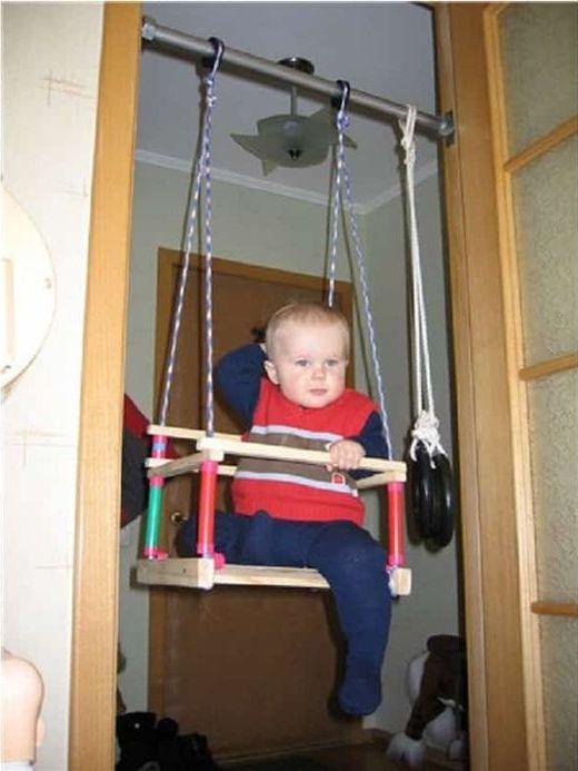 Детские качели в дверном проёме.