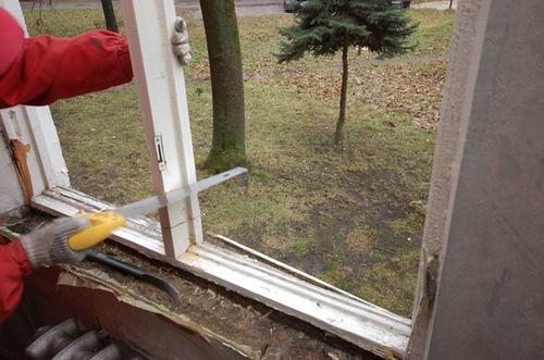 Демонтаж старого окна.