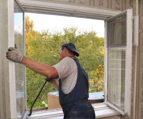 Снимаем створки окна.