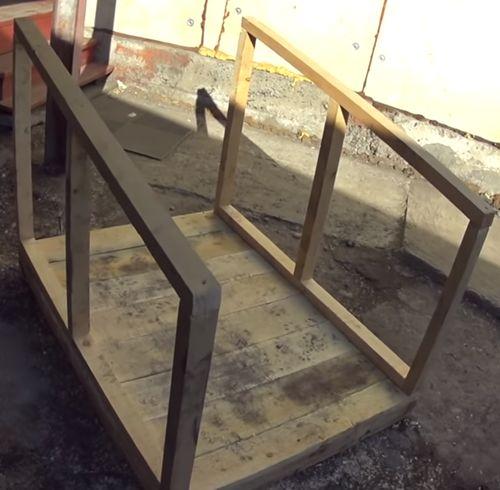 Устанавливаем боковины на дно будки.