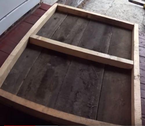 Каркас пола будки из деревянных брусков.