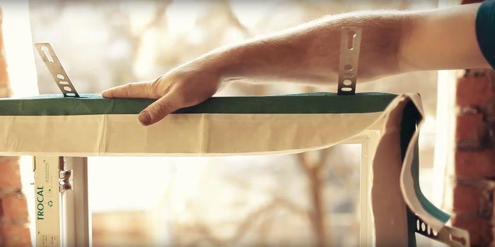 Клеим пароизоляционную ленту с торцов оконного блока.