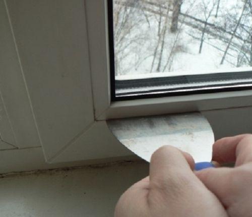 Поддеваем шпателем штапики пластикового окна.