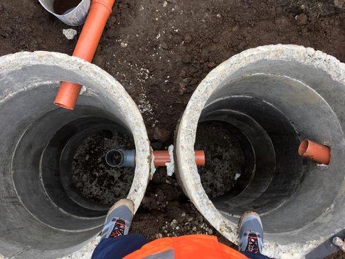 Монтаж бетонных колец септика.