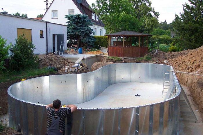 Каркас бассейна из металла.