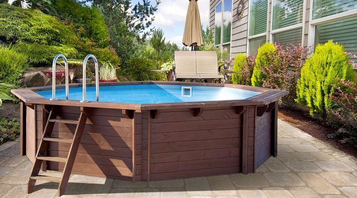 Бассейн с деревянным каркасом.