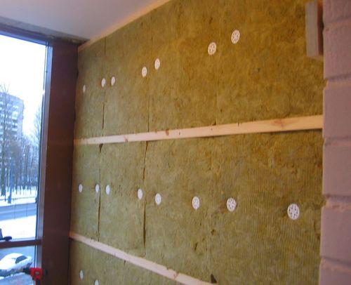 Стена утеплена минеральной ватой.