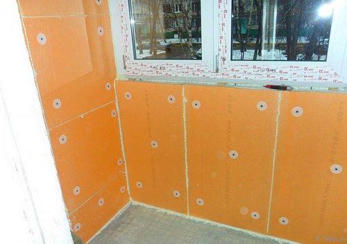 Стена утеплена пеноплексом.