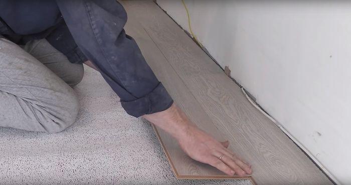 Рукой указано место соединения панелей.