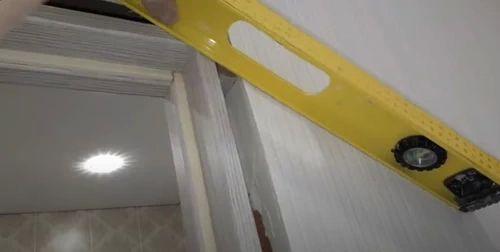 Выравниваем дверную коробку со стеной.