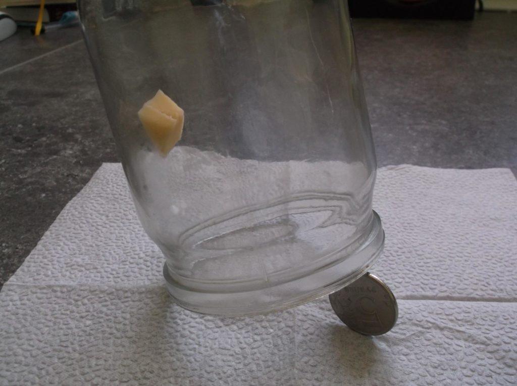 Мышеловка из стеклянной банки.