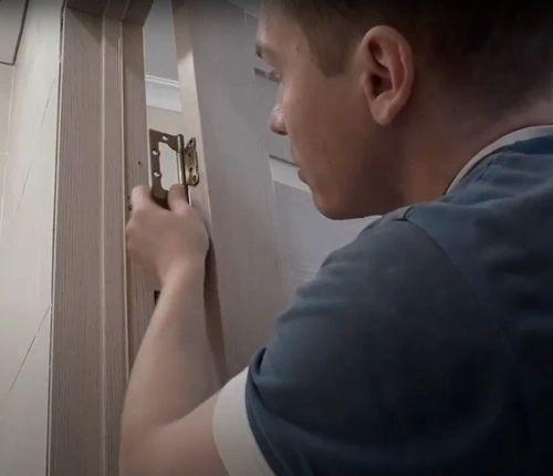 Навешиваем дверь на дверную коробку.