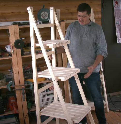 Складной деревянный стеллаж.