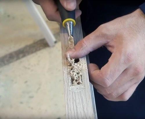 С помощью стамески выбираем лишний материал.