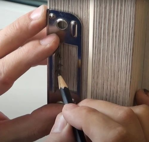 Ответная часть защелки приложенная к коробке двери.