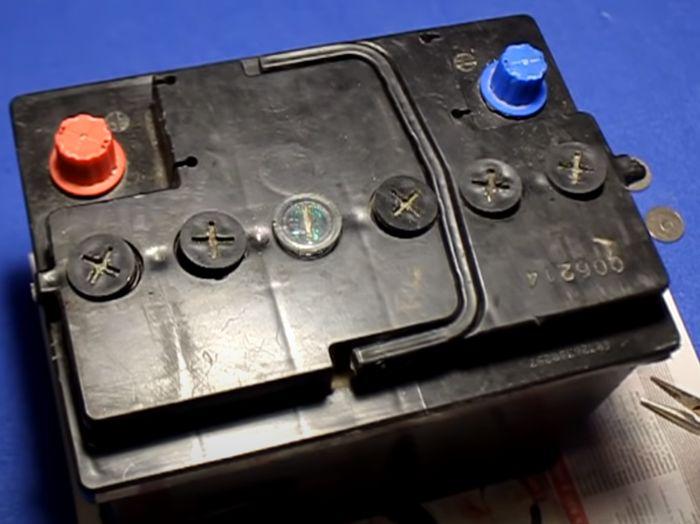 Аккумулятор с выкрученными пробками.