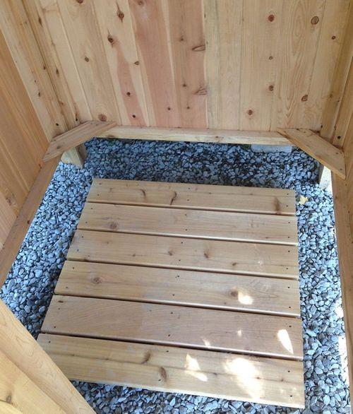 Деревянная решетка внутри душевой кабинки.
