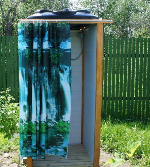 Душевая кабинка с пластиковой ёмкостью.