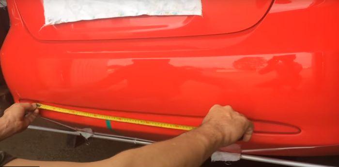 Установка метки на бампер автомобиля.