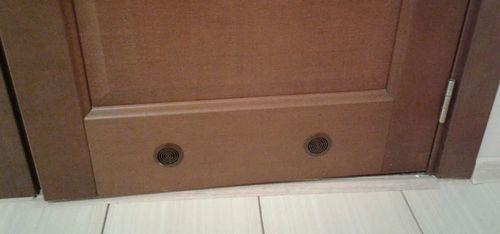 Вентиляционная решетка в межкомнатных дверях.