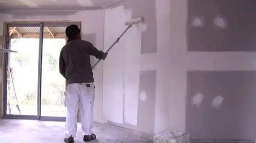 грунтование стен с помощью валика.