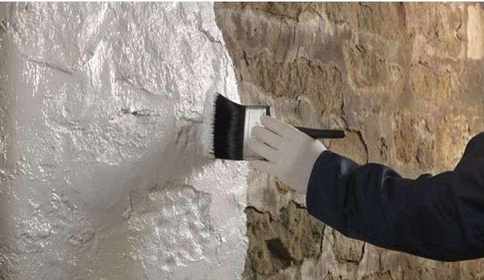 Обработка стен известью.