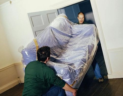 Диван выносят из комнаты.