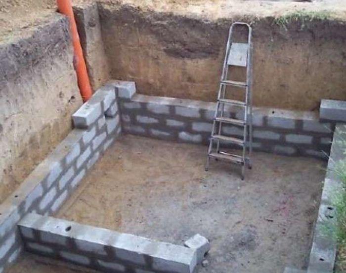 Возведение стен погреба.