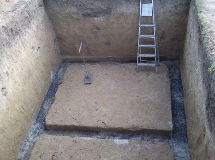 Траншея под фундамент погреба.