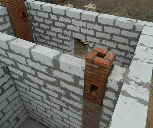 Вытяжной вентиляционный канал в стене дома.