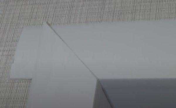 На фото видно верхний и боковой установленный F-профиль.