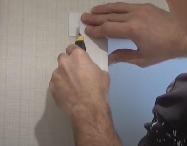 На фото боковой F-профиль обрезается канцелярским ножом.